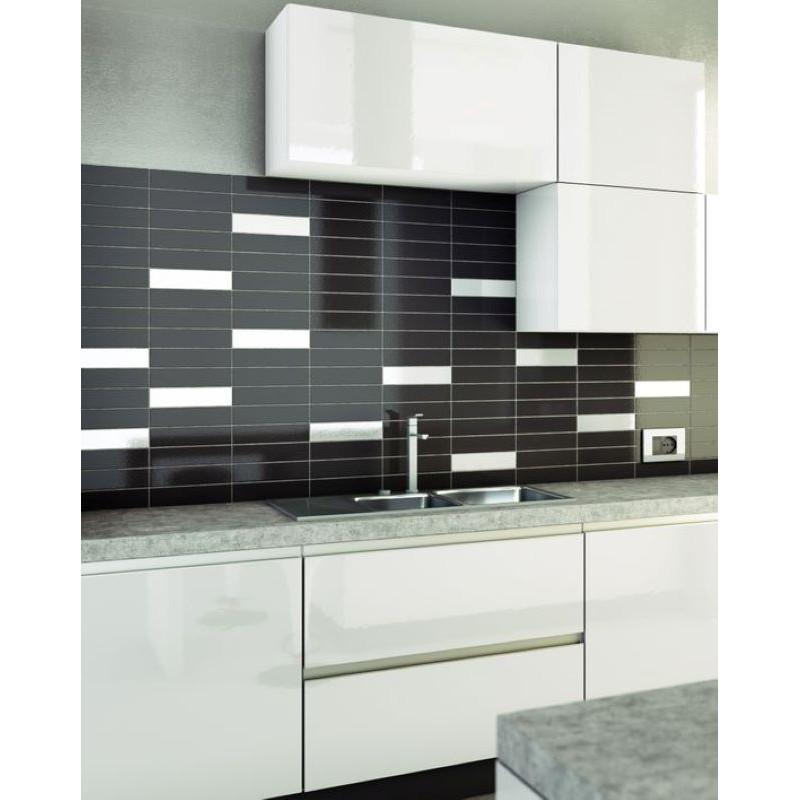 credence-cuisine-carrelage-6x25-noir-brillant-structure-Giove-avec-quelque-insertion-de-carreau-blanc-brillant-structure