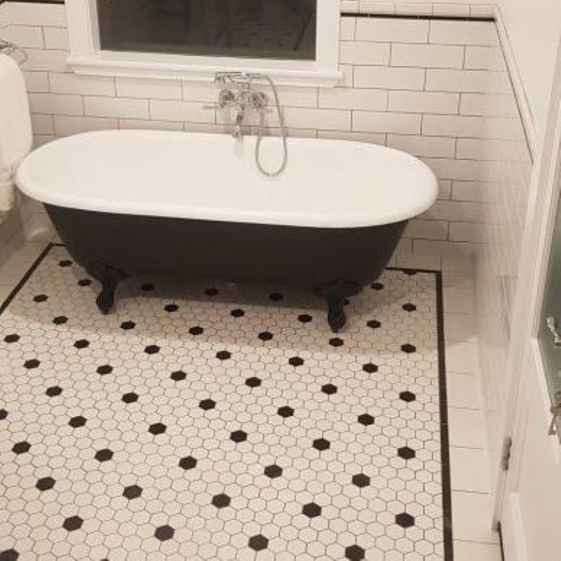 Sol-salle-de-bains-carrelage-mosaique-octogonale-noire-et-blanche-et listel-bordure-25x200-plat-carbonio