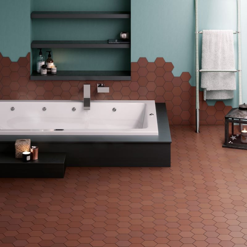 salle-de-bains-carrelage-hexagonal-tomette-marron-terre-cuite-116x101-mm