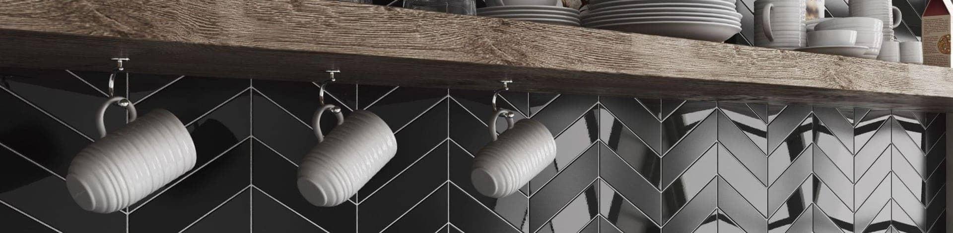 Crédence de cuisine carrelée en carrelage chevron noir brillant et mat
