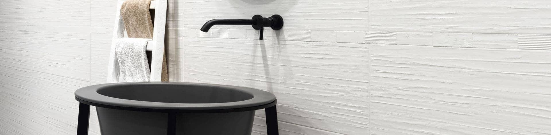 Salle-de-bains-carrelée-avec-faience-grand-format-blanche-relief-3d